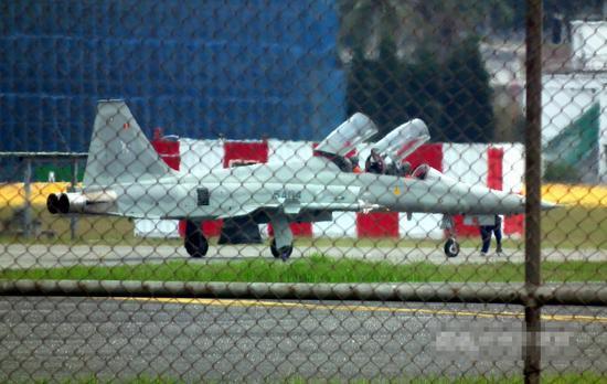 台军一架F-5双座机进行复飞训练 失踪飞行员仍未找到