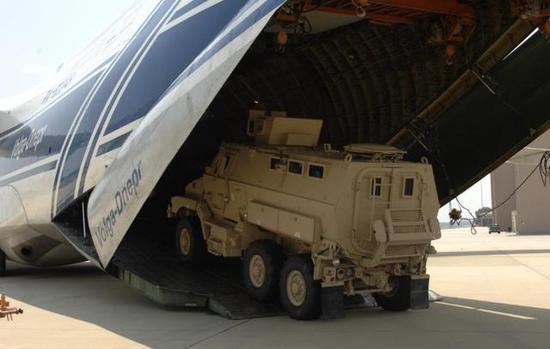 图为正在开进安-124机舱的防雷伏击车(MRPV)。