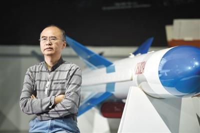 朱坤和他参与研制的导弹装备出口型号C802A合影。(中国航天科工三院供图)