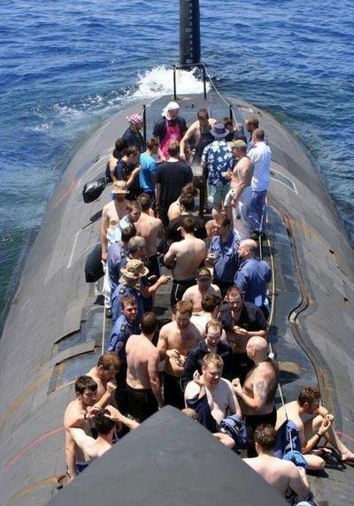 三哥的舰上活动也是充满了特色,这里是航母上的千人瑜伽大会!