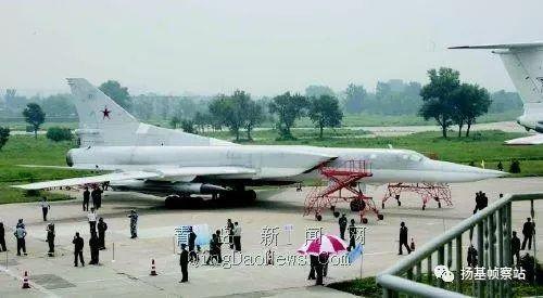 演习结束后在青岛向我军展示的图-22M3,注意翼下挂载的是Kh-22超音速空舰导弹