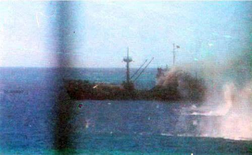 越南海军舰艇遭受密集的火力打击