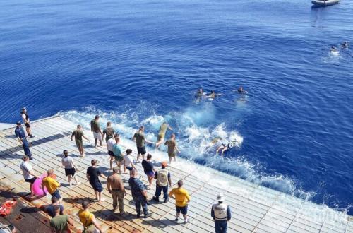 赶上重大节庆,航母甲板上来一次露天烧烤,场面也是蔚为壮观。