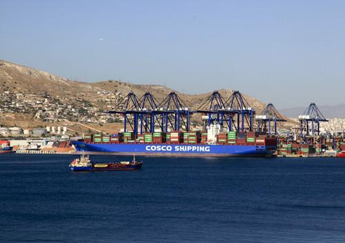 资料图片:这是2017年9月12日拍摄的希腊比雷埃夫斯港集装箱码头。新华社记者 刘咏秋 摄