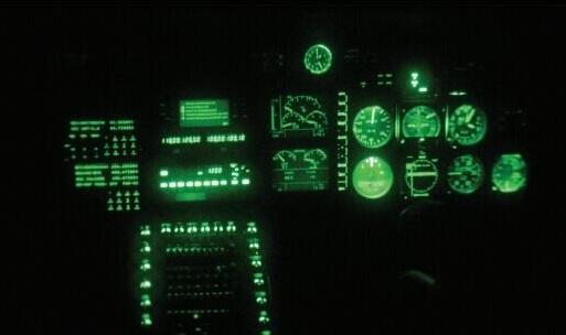 座舱仪表也要兼容夜视镜,图为夜视镜看到的座舱图像