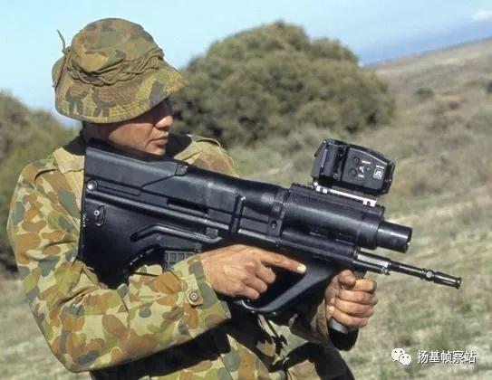 相比同样由无托布局的AUG步枪发展的AICW,我们这个方案看着还不错。。。。。。