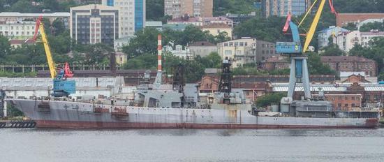 图为灭火之后开始拆卸工作的沙波什尼科夫元帅号驱逐舰。
