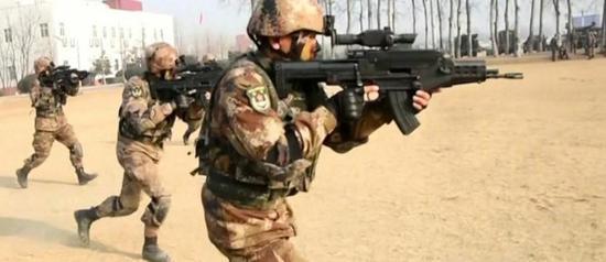 中部战区某机步师侦查情报营使用QTS-11系统进行射击训练
