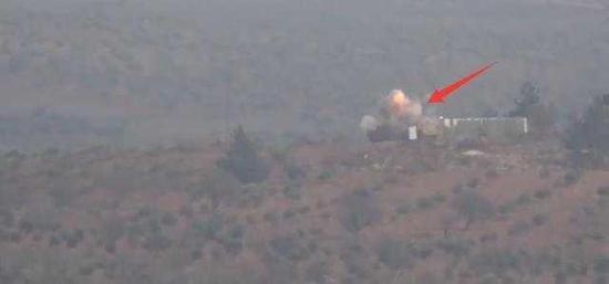 """图注:YPG士兵发射的反坦克导弹击中""""豹""""2A4主战坦克瞬间"""