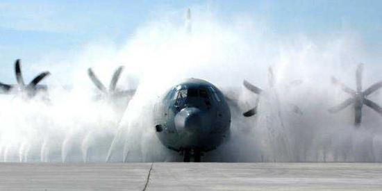 """美军部分飞机的清洗流程有点像是""""自动洗车门"""""""