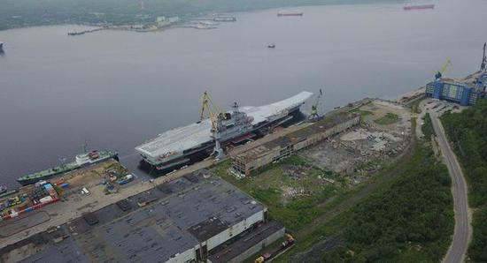 图为已经靠泊俄海军第35修船厂的库兹涅佐夫号航空母舰。