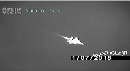 红外监视镜头中看到的F-15战斗机影像