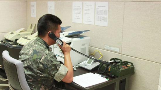 韩军人员用军事热线测试通话