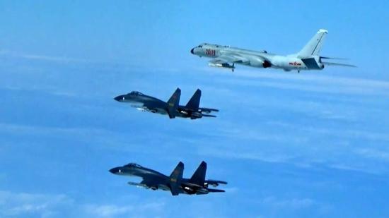 解放军军机绕台飞行。