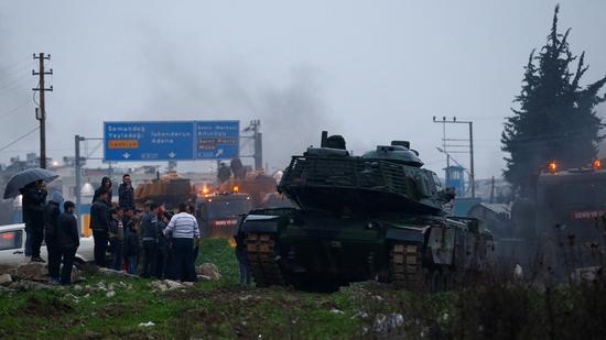 图为1月17日一列土耳其军车车队抵达土叙边境一处军事基地。(图/路透社)