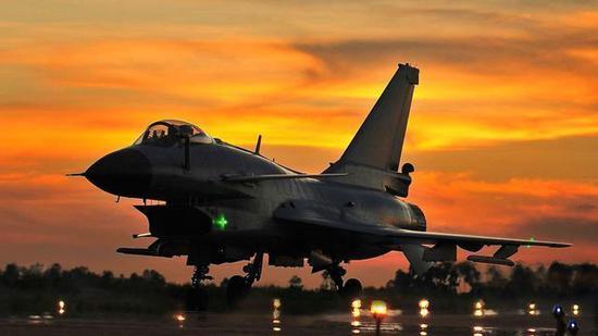 中国歼10首飞成功当天 沈飞员工们是什么