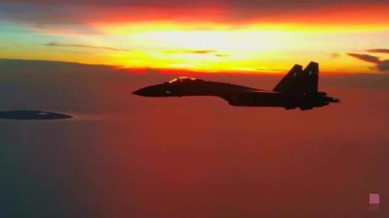 出现在南沙岛礁上空的苏-35威武霸气