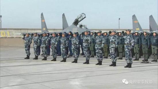 来自空军两个单位的歼-16战机同场训练。