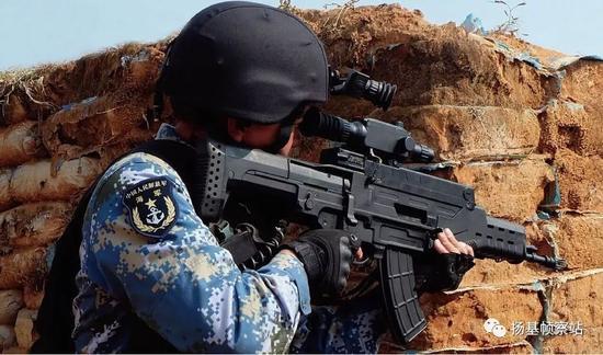 """海军陆战队特种兵使用QTS-11,此图""""炮闩""""位置更加清楚"""