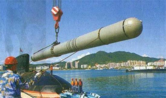 """图片:我国基洛级潜艇从鱼雷口装填""""俱乐部""""巡航导弹。"""