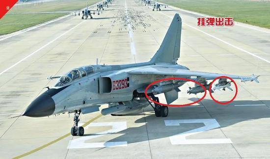 挂载激光制导炸弹和PL-8格斗弹的海军歼轰-7A。来源:《世界军事》