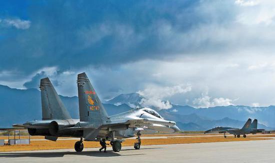 """""""西南金鹰""""团战机赴高原驻训。"""