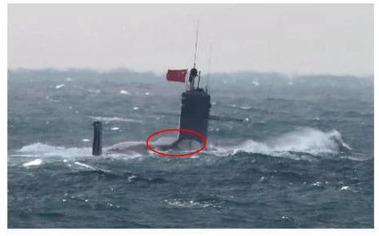 图片:日本军舰拍摄的中国093B攻击核潜艇,后部隆起的龟背很醒目。