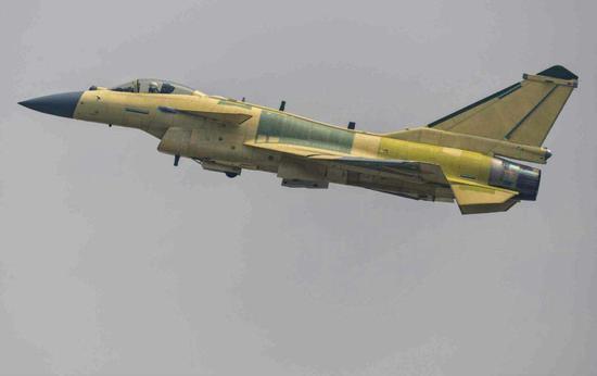 歼-10C战机进行出厂后试飞。