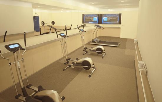 甚至还有专门的机上健身房,跑步机等设备一应俱全。