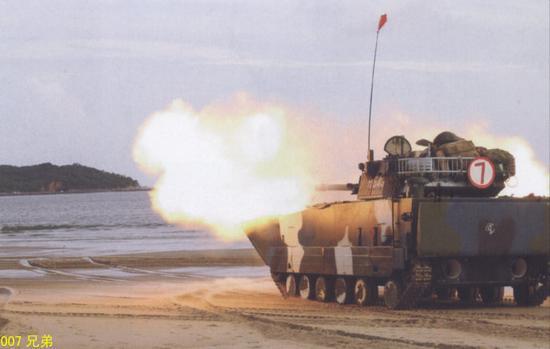 该旅装备的05式两栖突击车
