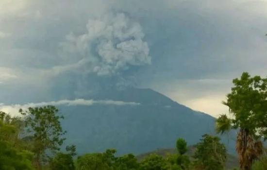 巴厘岛阿贡火山喷发