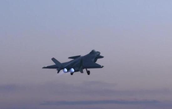 歼-20战机进行夜间飞行训练。
