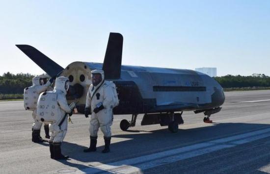 从起落架上来看,太空飞行器一般不会用黑布下飞机那样显然要承受相当重量的设计