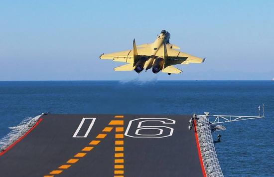资料图:歼-15舰载战斗机从辽宁舰上滑跃起飞