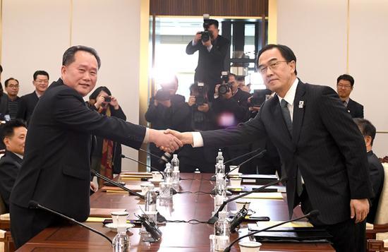 9日,韩朝高级别代表团团长在会谈前握手