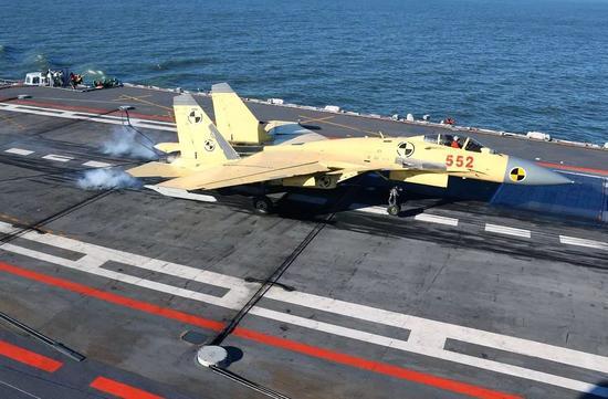 歼-15舰载战斗机首次降落在辽宁舰上。