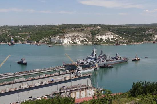 """图为正在进入浮船坞的""""莫斯科""""号巡洋舰。"""