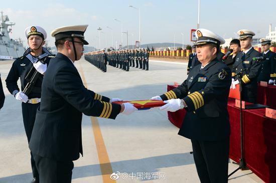 授予军旗、海军旗。 张海龙 摄