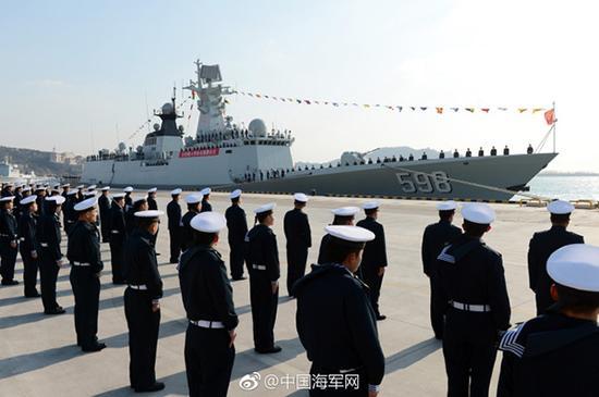 入列仪式上,日照舰同时升起国旗、军旗、海军旗。张海龙 摄