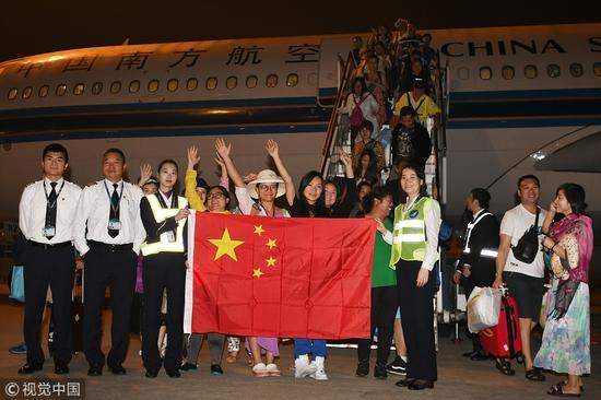 南航客机接滞留巴厘岛213名中外旅客回到深圳 图片来自:视觉中国