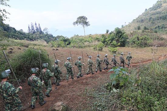11月27日,扫雷官兵开赴八里河东山老母弄雷场。