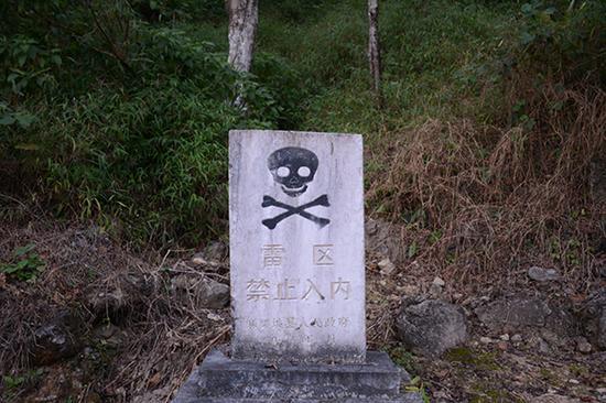 八里河村周边,这样的警示碑随处可见。