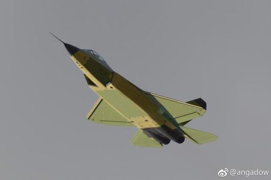 国产FC31隐身战机总装画面罕见曝光 座舱盖酷似F35