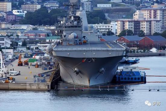 ▲ 而日本海上自卫队的准航空母舰,就停在离墓地也是咫尺之遥的港湾中