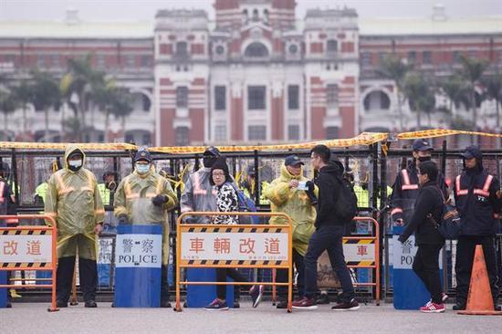 """台湾""""总统府""""前的拒马阵 图片来自台媒"""