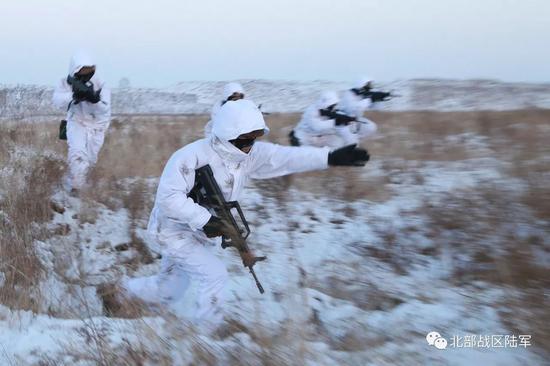 战士协同训练中,班长下达口令后,人员迅速前出。
