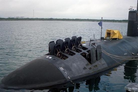 图片:美国在洛杉矶级艇首安装了12单元的发射井。