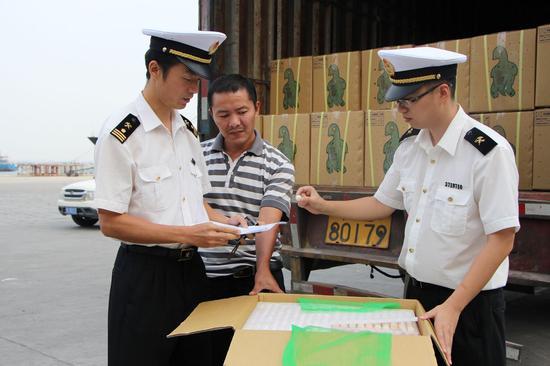 资料图:大陆海关人员检查台湾地区商品(你好台湾网图)