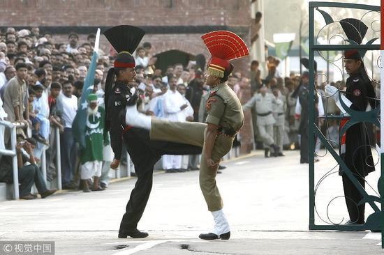 印巴邊境哨兵降旗儀式上的較勁 @視覺中國