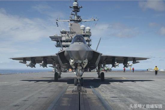 在航母上进行外挂测试的F-35C